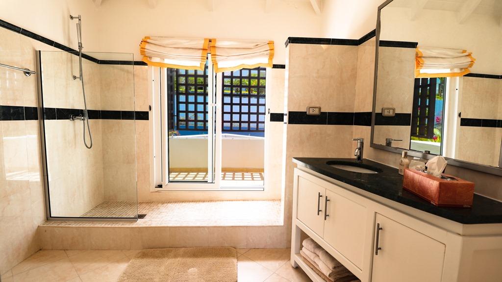 for-sale-5-bedr5oom-5.5-bath-lagoon-front-villa-st.-maarten-maho-9