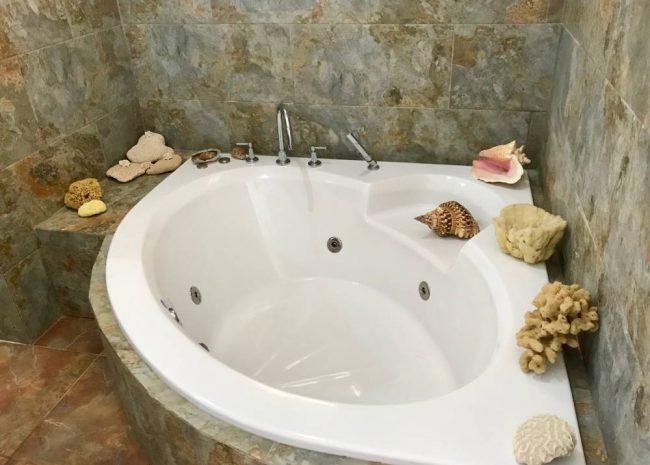 Master-Bathtub-Villa-Loma-Alta-650x465