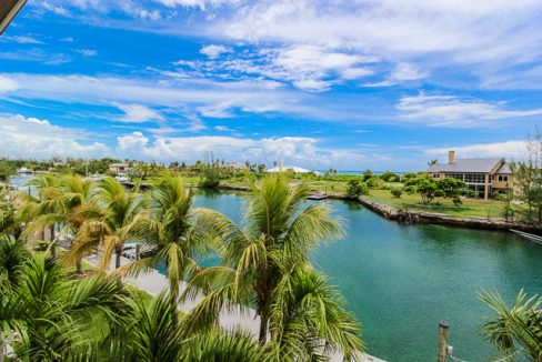 Luxurious-Canal-front-Estate-Bahamas-Ushombi-17